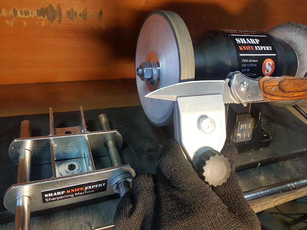 Процесс заточки ножа на станке Sharp Knfe Expert