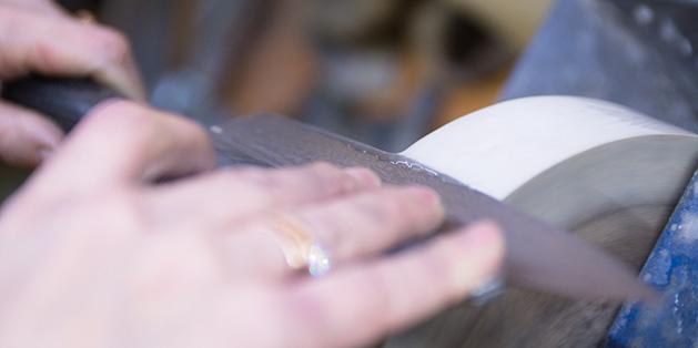 Процесс заточки ножа